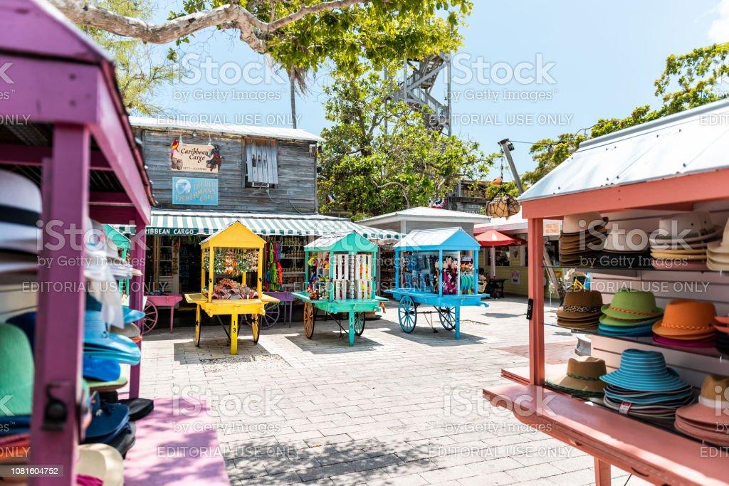Rua Duval Mallory Square compras arquitetura com ninguém em viagens de cidade de Florida, dia ensolarado, comerciantes vendedores - foto de acervo