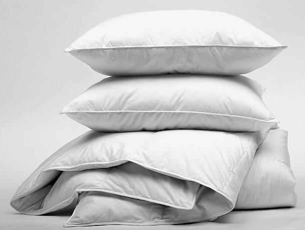 duvet and pillow - kussen beddengoed stockfoto's en -beelden