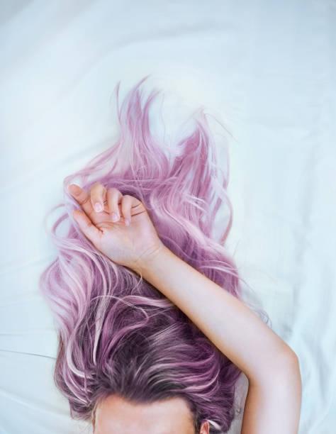 verf je haar en leef zonder spijt - gekleurd haar stockfoto's en -beelden