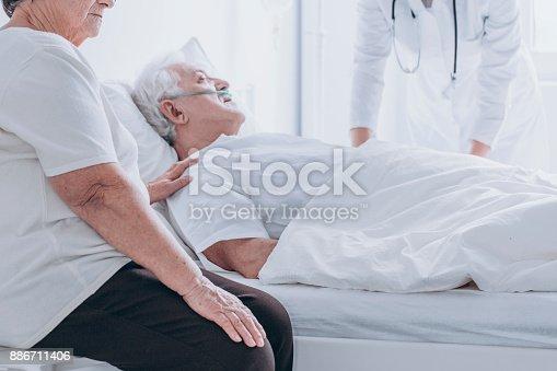 909569706 istock photo Dying senior man at hospital 886711406
