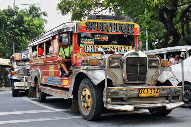 Dyipnis-Jeepneys hielten an einer Ampel-Maria Orosa Avenue. Intramuros, Manila, Philippinen-0936 – Foto