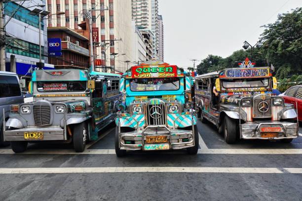 Dyipnis-Jeepneys hielten wir an einer Ampel-Teodoro M.Kalaw Straße-Ermita Barangay. Manila-Philippinen-0934 – Foto