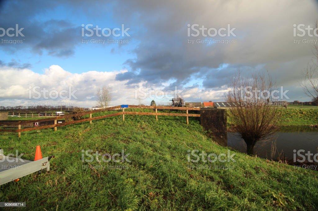 Dyke langs rivier de Hollandse IJssel Nieuwerkerk aan den IJssel in Nederland foto