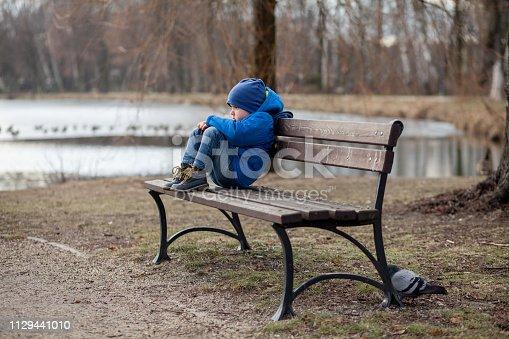 Dziecko z depresją na ławce w parku