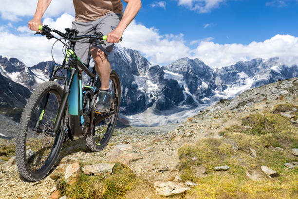 e-bike fahrer berg wanderweg - elektrorad stock-fotos und bilder