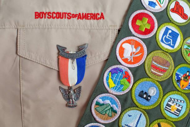 eagle pines y mérito insignia marco en uniforme de boy scout - boy scout fotografías e imágenes de stock