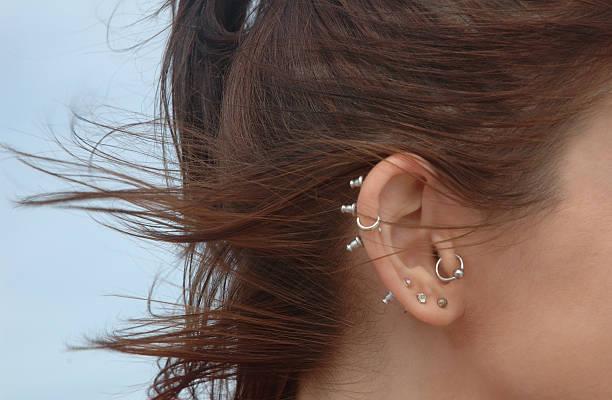 hno-piercing - ohrringe piercing stock-fotos und bilder