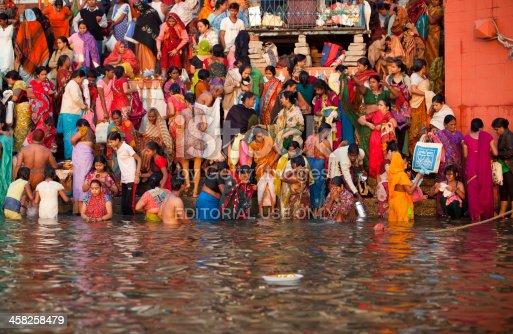 Early bagno nel fiume gange fotografie stock e altre - Bagno nel gange malattie ...