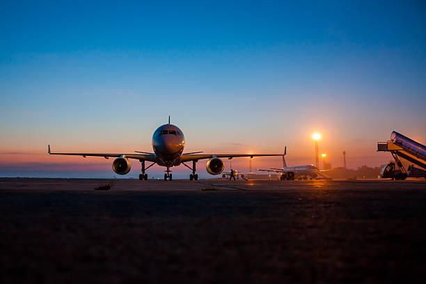 Am frühen Morgen Flughafen Schürze – Foto