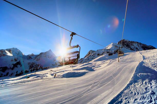 tôt le matin dans la station de ski - station de ski photos et images de collection