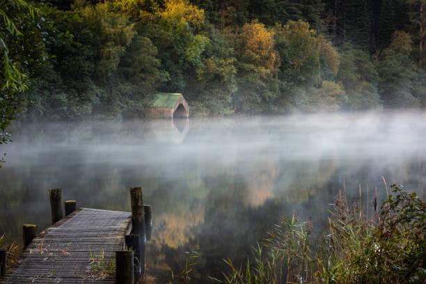 Neblina de manhã cedo pela casa do velho barco - foto de acervo