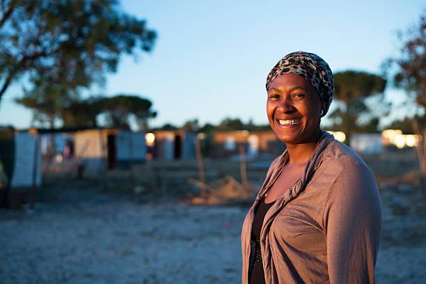 Por la mañana Retrato de una mujer sonriente de África - foto de stock