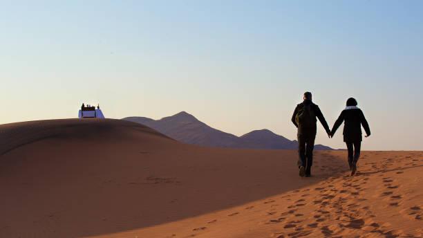 am frühen morgen sanddüne frühstück für zwei personen - namib wüste stock-fotos und bilder