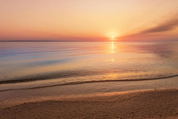 amanecer temprano por la mañana en un río entrecortado - playa fotografías e imágenes de stock