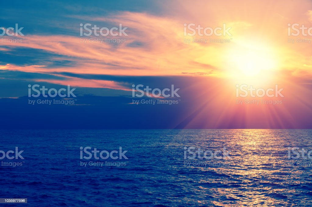 Am frühen Morgen, Sonnenaufgang über dem Meer. Wunderschöne Landschaft – Foto