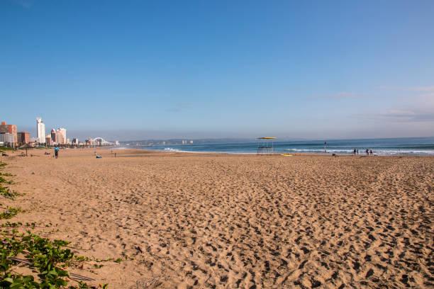 Frühmorgens Blick auf den Strand von Durban am klaren Tag – Foto