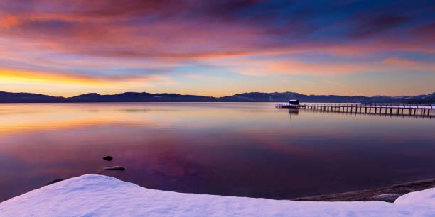 frühmorgendlicher wintersonnenaufgang am commons beach in tahoe city, kalifornien, lake tahoe. - lake tahoe winter stock-fotos und bilder