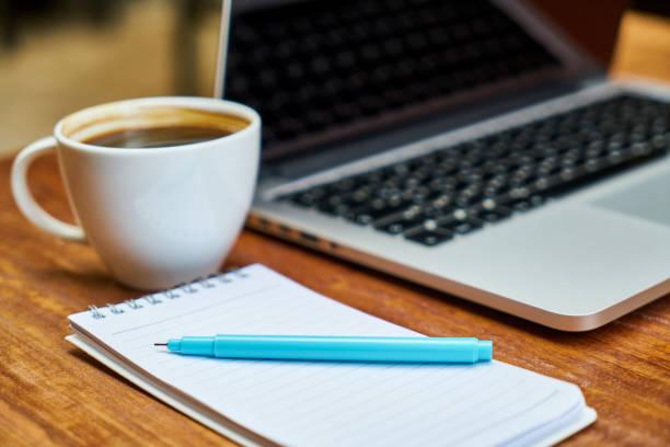 früh morgens im büro - schwarzer kaffee net stock-fotos und bilder