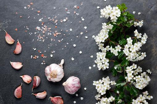 이른 여름 흰 꽃 꽃 핑크 마늘과 소금으로 0명에 대한 스톡 사진 및 기타 이미지