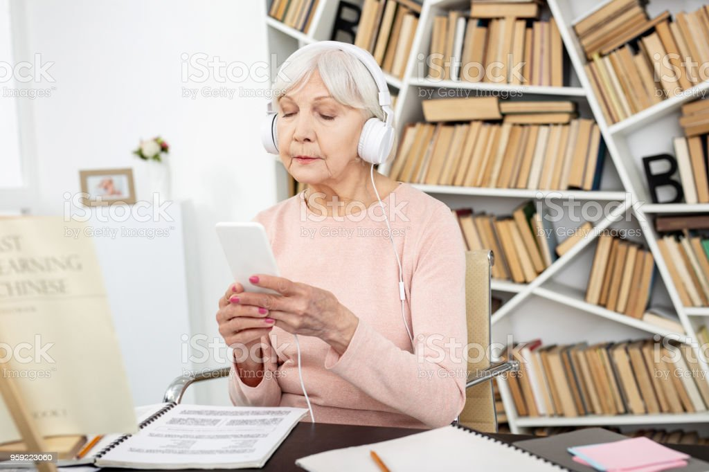Mujer madura seria aprender chino - foto de stock
