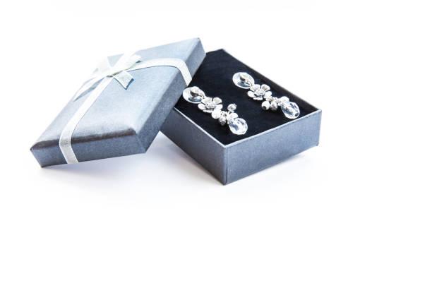 ohrring in geschenkbox mit schleife - ohrringe tropfen stock-fotos und bilder