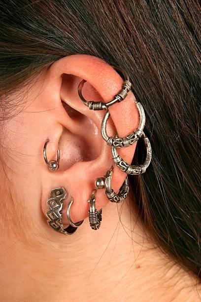 hno-ringe -close bis - ohrringe piercing stock-fotos und bilder