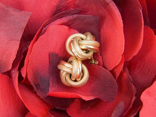 ohrringe mit blütenblättern - ohrringe rose stock-fotos und bilder