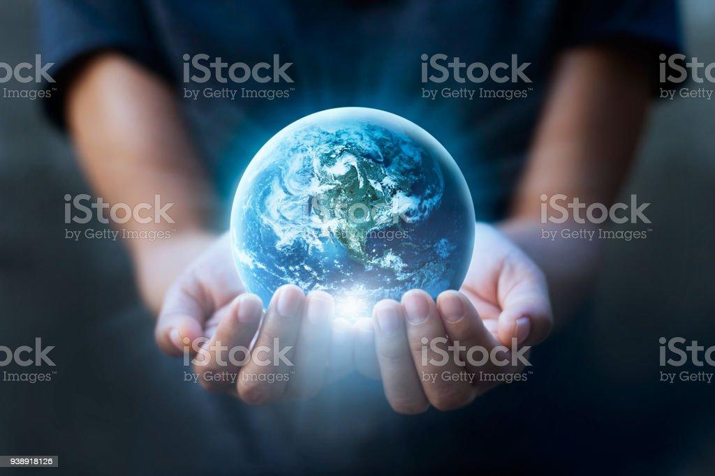 Earth day mänskliga händer hålla blå jorden, spara jorden koncept. Delar av denna bild från NASA - Royaltyfri Besparingar Bildbanksbilder