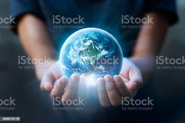 Earth Day Mänskliga Händer Hålla Blå Jorden Spara Jorden Koncept Delar Av Denna Bild Från Nasa-foton och fler bilder på Besparingar