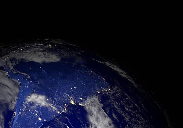 Die erde vom weltraum in der Nacht. Südamerika. – Foto