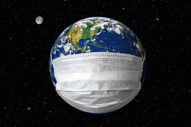 aarde in medisch masker op de achtergrond van de sterhemel, concept coronavirus in wereld en covid-19 pandemie. bol met beschermen tegen corona virus in de ruimte. - new world stockfoto's en -beelden