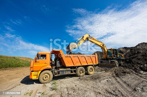 Work process in a quarry for the extraction of raw materials