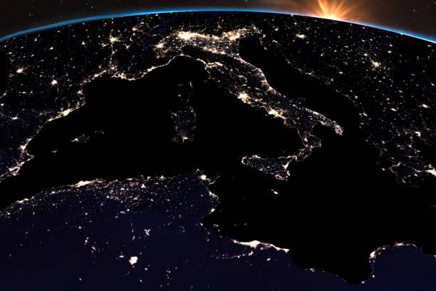Erde-Nachtlicht bei central Europe. Nahaufnahme der Italien. Sonnenschein aus dem Weltraum. Elemente des Bildes von der NASA eingerichtet. – Foto