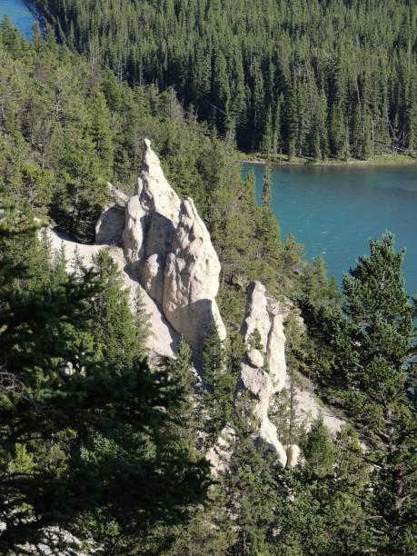 erde pyramiden oder hoodoos im bow valley, durch das tunnel mountain und mount rundle, banff nationalpark, alberta, kanadischen rocky mountains, kanada - tunnelkamin stock-fotos und bilder
