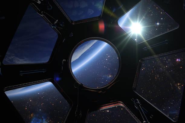 aarde, zon en melkweg. - ruimtevaart voertuig stockfoto's en -beelden