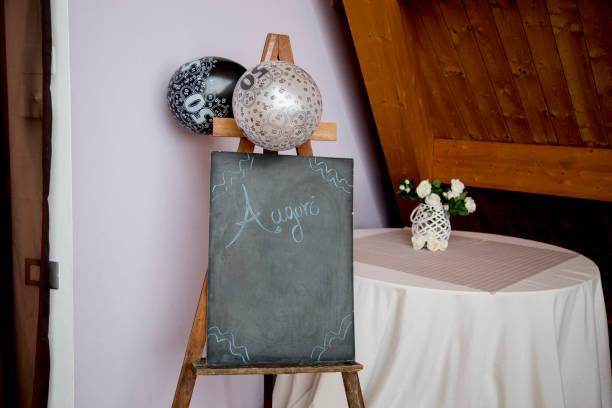 staffelei-ansicht mit tafel und luftballons - geburtstagswünsche mit bild stock-fotos und bilder