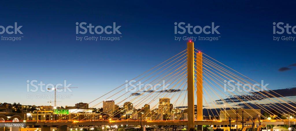 East 21st Street über Thea Foss Waterway in Tacoma WA am Abend Blaue Stunde panorama – Foto