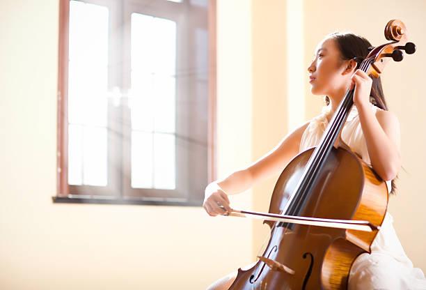 East asian Teenager Mädchen spielt cello – Foto