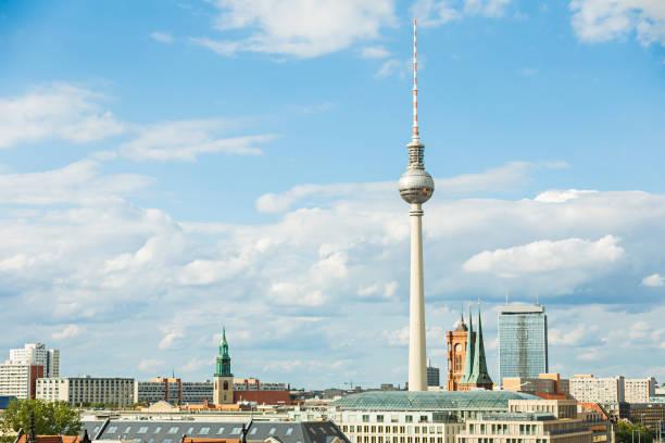 ostberliner stadtbild mit fernsehturm - berliner fernsehturm stock-fotos und bilder