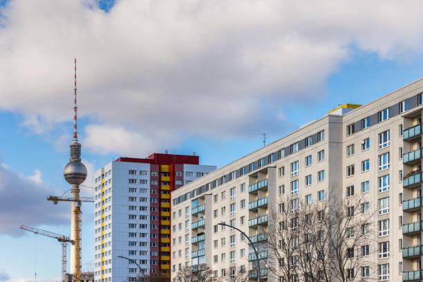 ostberlin plattenbau architektur deutschland - berliner fernsehturm stock-fotos und bilder