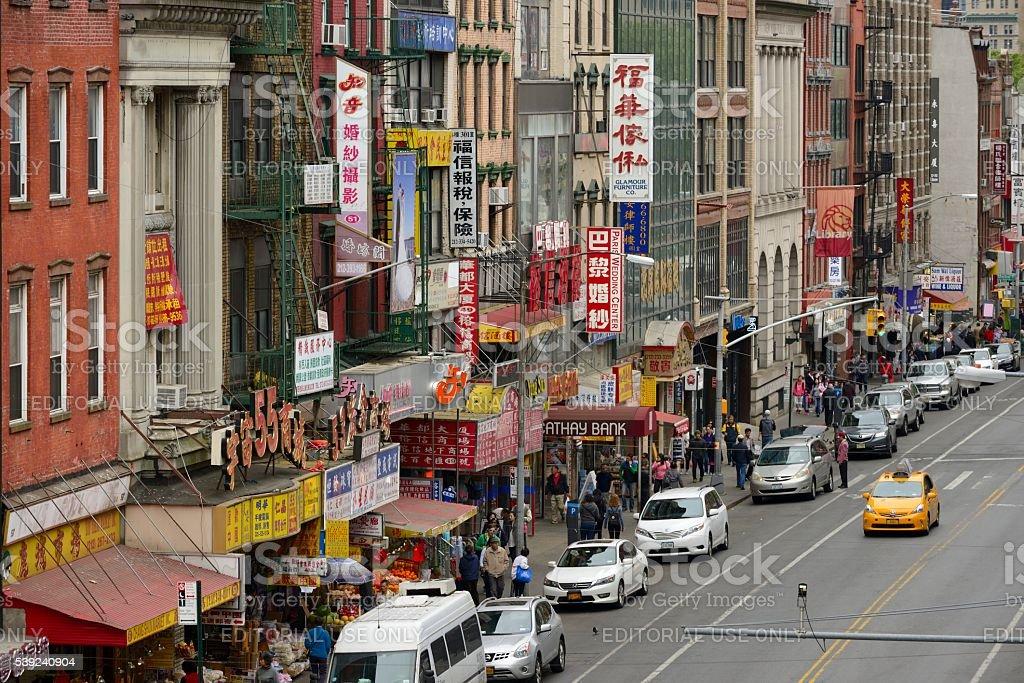 Este Broadway en el vecindario chino Chinatown, desde el puente de Manhattan foto de stock libre de derechos