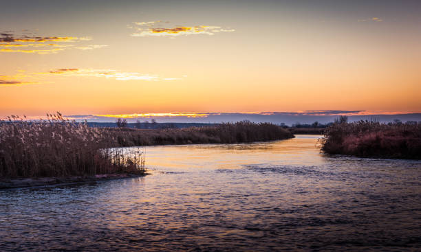 wschód nad rzeką – zdjęcie