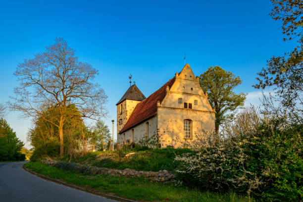 ostfront der denkmalgeschützten historischen dorfkirche rambow im frühen morgenlicht - nationalpark müritz stock-fotos und bilder