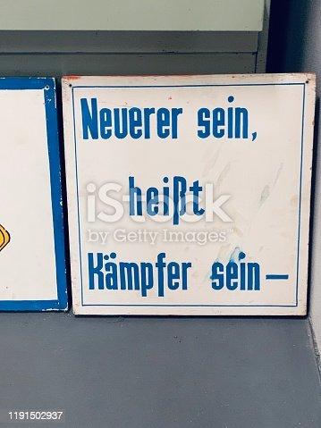 East german vintage: Schild mit Neuerer sein, heißt Kämpfer sein