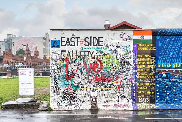 east side gallery, berlino - est foto e immagini stock