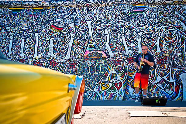 east side gallery in berlin - oost duitsland stockfoto's en -beelden
