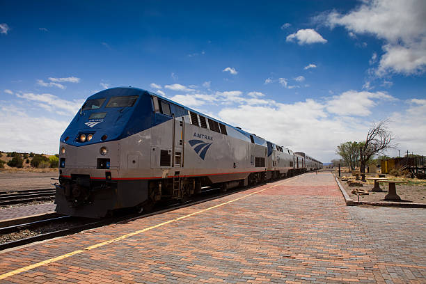 eastbound amtrak southwest chief at lamy, new mexico - 火車頭 個照片及圖片檔