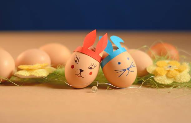 ostern anordnung, eiern mit hase form - osterhase zeichnen stock-fotos und bilder