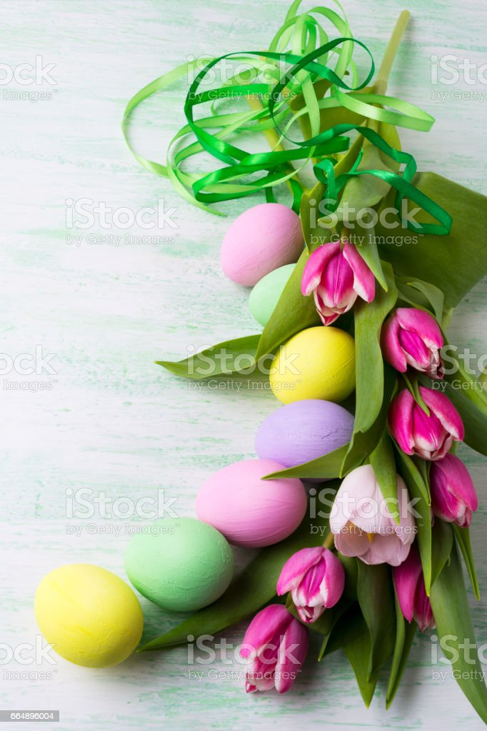Easter arrangement with painted eggsand green ribbon foto stock royalty-free