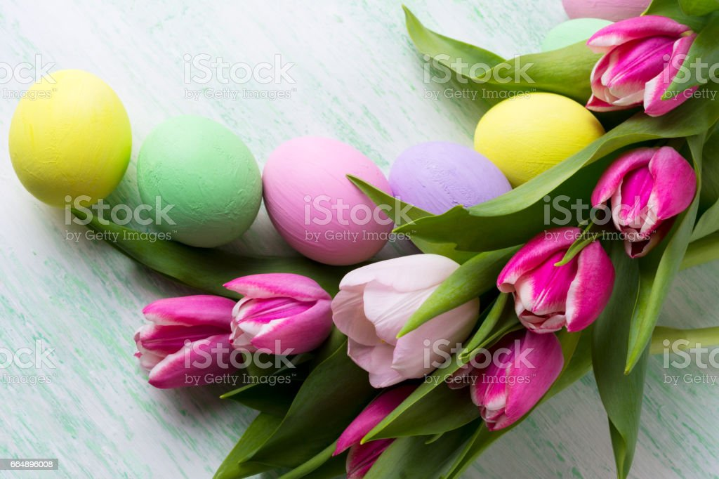 Easter arrangement with purple, pink, green, yellow painted eggs foto stock royalty-free